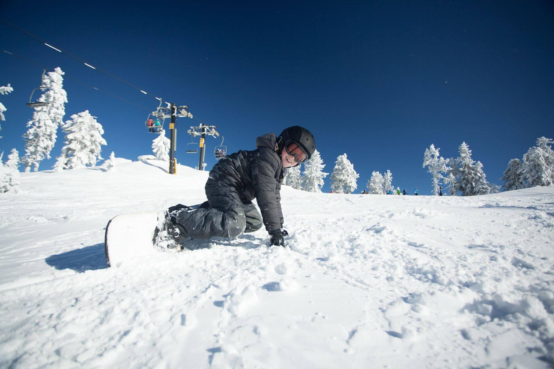 Mit dem Snowboard hinfallen und wieder aufstehen muss gut geübt sein.