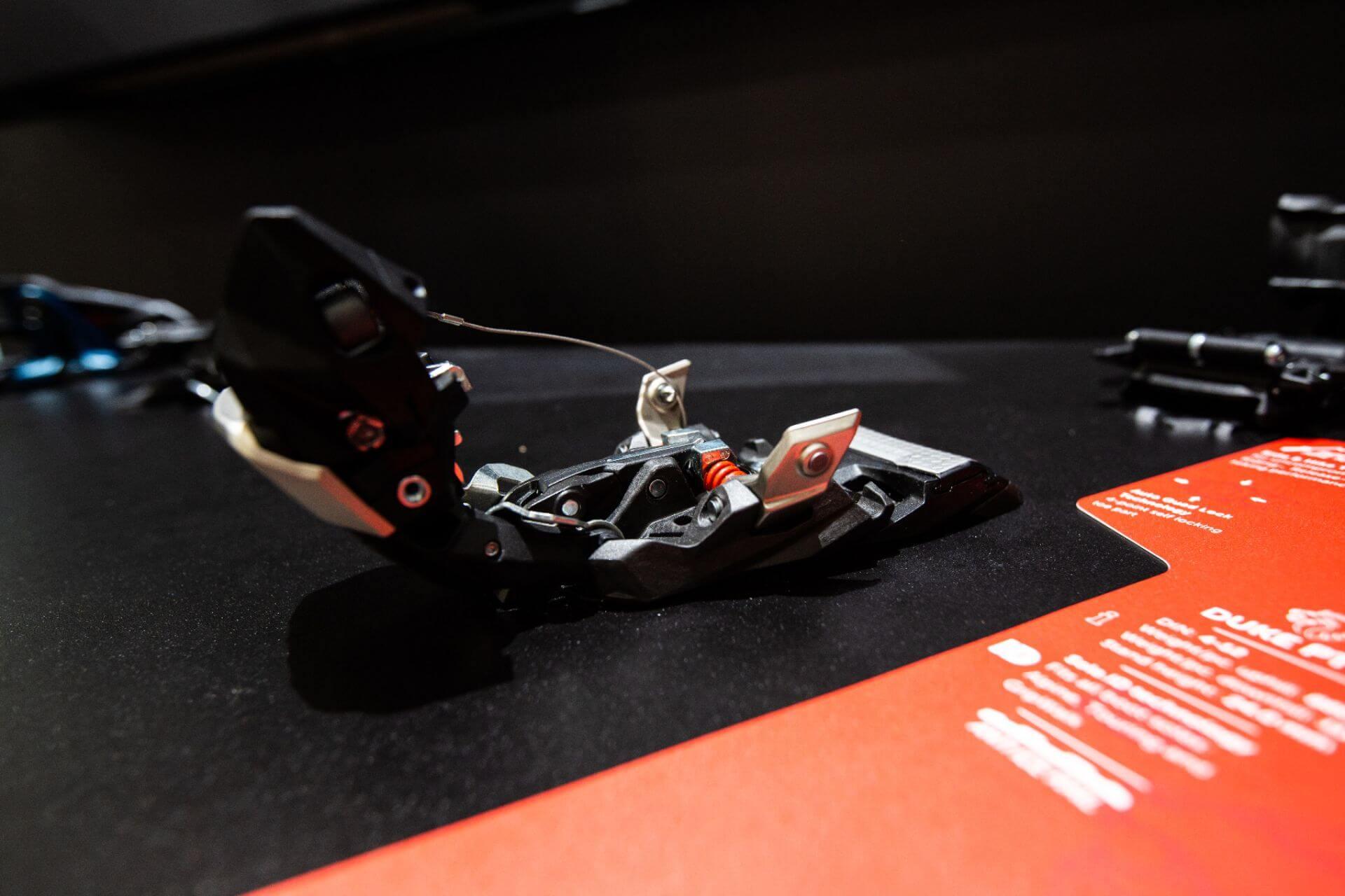 Sehr spannend: Die neue Duke PT von Marker ist gleichzeitig klassische Freeride-Alpinbindung und Pinbindung. Der Vorderbacken lässt sich aufklappen und abnehmen. | ©Skiinfo