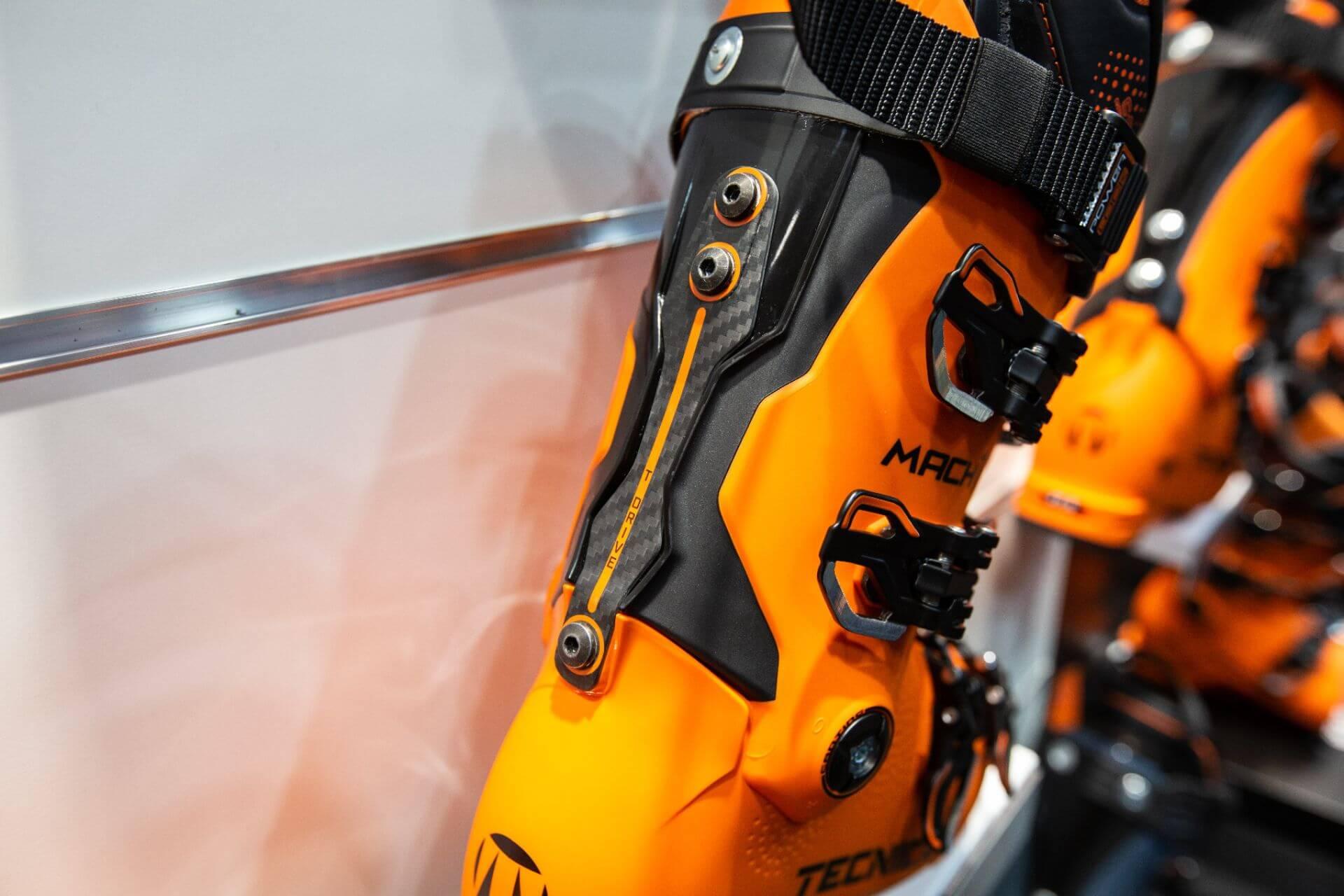 Tecnica hat den Mach1 mit einem versteifenden Carbon-Band auf der Schuhrückseite versehen, das die Kantenstabilität positiv beeinflussen soll