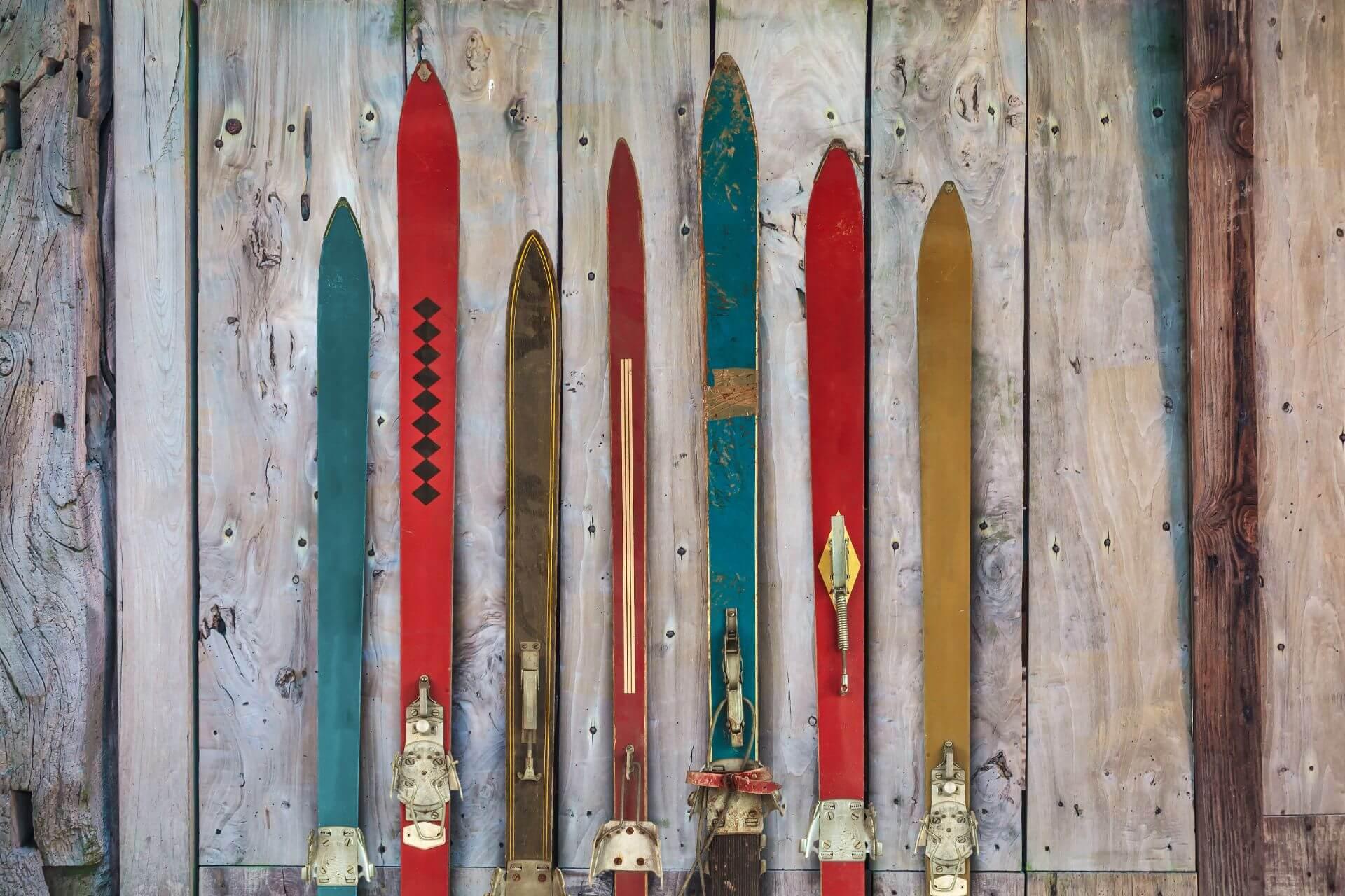 """Der Name """"Ski"""" leitet sich von dem norwegischen Begriff """"ski"""" ab, der so viel wie """"gespaltenes Holz, Schneeschuh"""" bedeutet."""