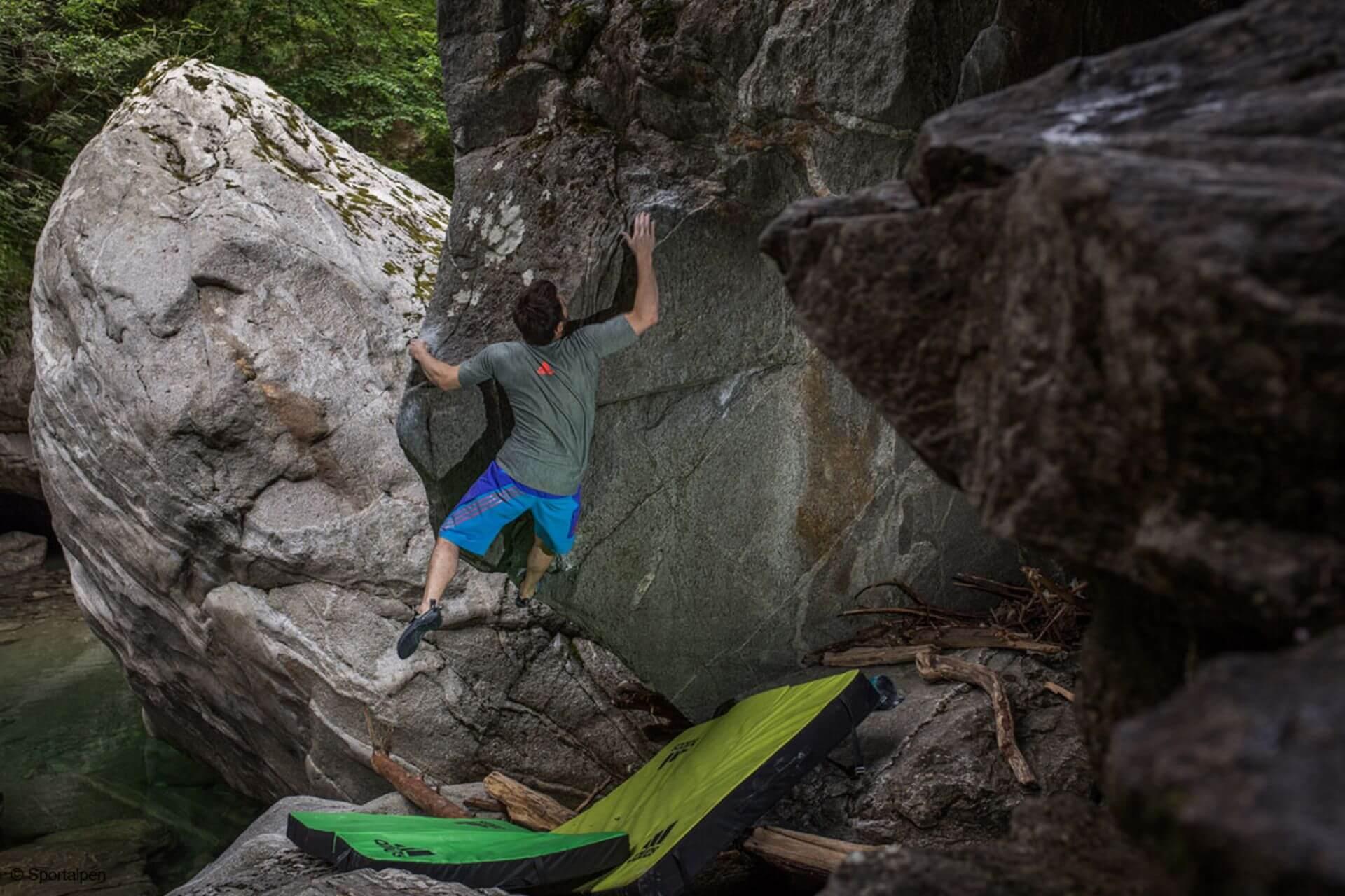 Bouldern im Zillertaler Naturpark stellt eine atemberaubende Kulisse dar