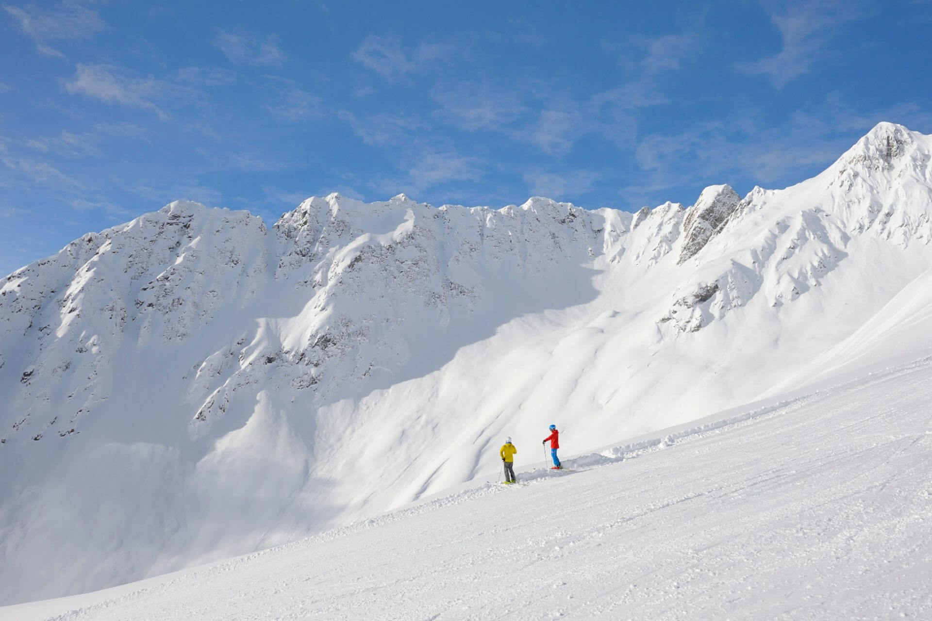 Ski fahren entlang einer beeindruckenden Bergkulisse in Kappl.